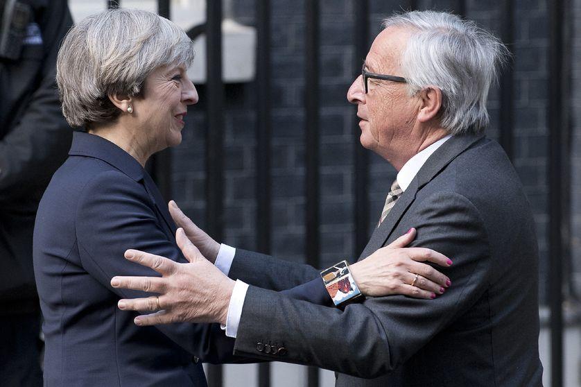 La première ministre britannique Theresa May (g) et le président de la Commission Européenne, Jean-Claude Junker (d)