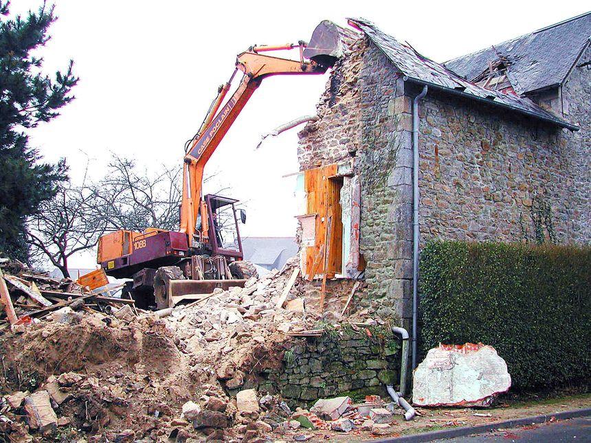Destruction d'un maison touchée par la mérule, dans les Côtes d'Armor