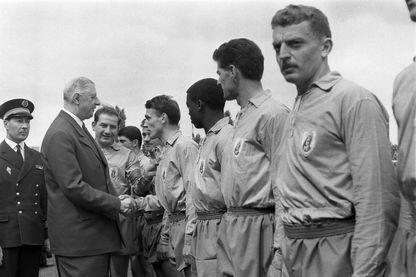 Le Général Charles De Gaulle salue les joueurs de l'équipe de Sochaux lors de la finale de la Coupe de France au stade de Combes, le 03 mai 1959. Cette rencontre s'étant terminée par un match nul, les équipes rejoueront le 18 mai 1959 avec une victoi