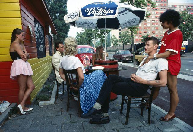 Des adolescents au look des années 50 devant leur café favori Amsterdam 1983