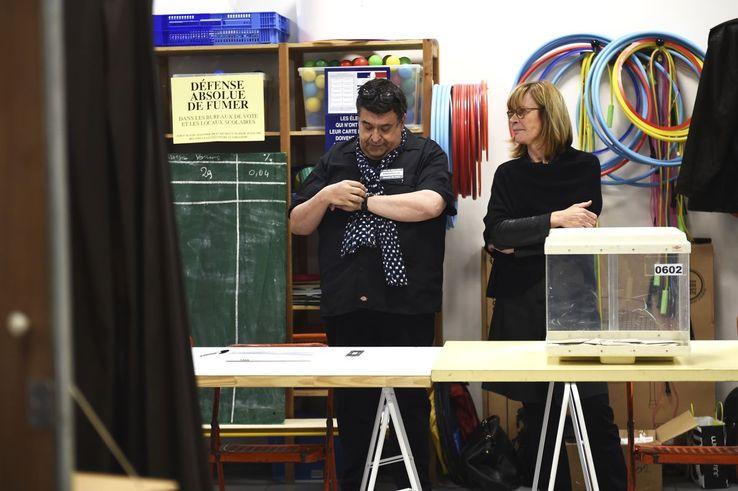 Un bureau de vote à Marseille, le 7 mai.