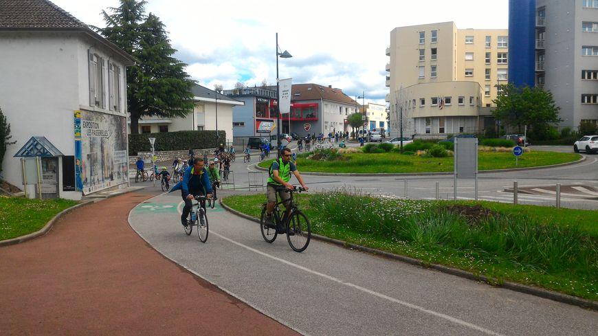 Plus de 270 vélos ont formé un vrai peloton dans les rues d'Annecy.