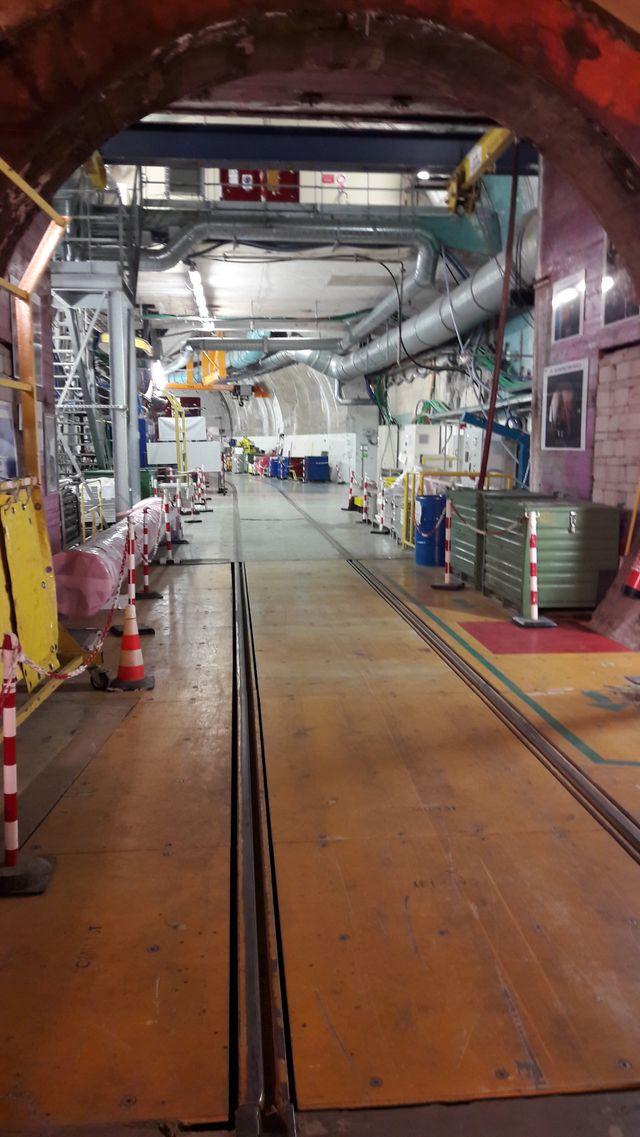 Chooz A : pour s'enfoncer dans la centrale, une galerie d'une centaine de mètres où courent des rails servant à l'évacuation des matériaux et des gaines de ventilation.