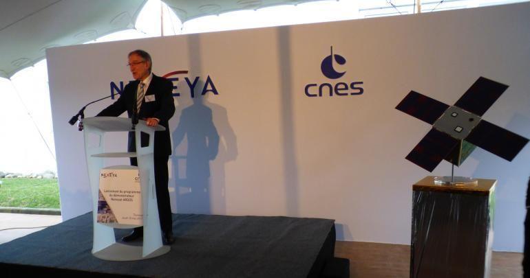 Le directeur général délégué du CNES Joël Barre et le nanosatellite Angels en taille réelle (25 kg), le  18 mai à Toulouse