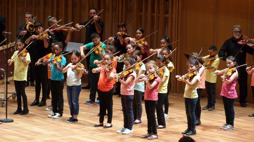 Les enfants de Bordeaux Sud et du Grand Parc ont découvert le violoncelle.