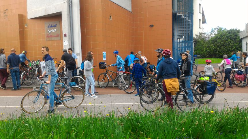 Pas facile de trouver où garer son vélo devant le local de Roule & Co, à Cran-Gevrier.