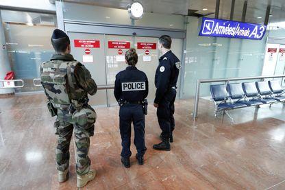 Deux policiers et un soldat au terminal des arrivées de l'aéroport de Nice