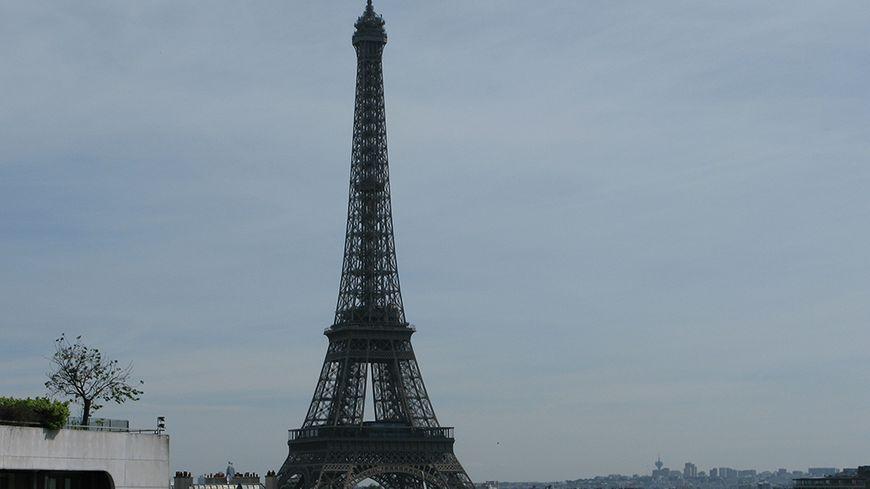 La tour Eiffel sera éteinte à minuit en signe de solidarité.