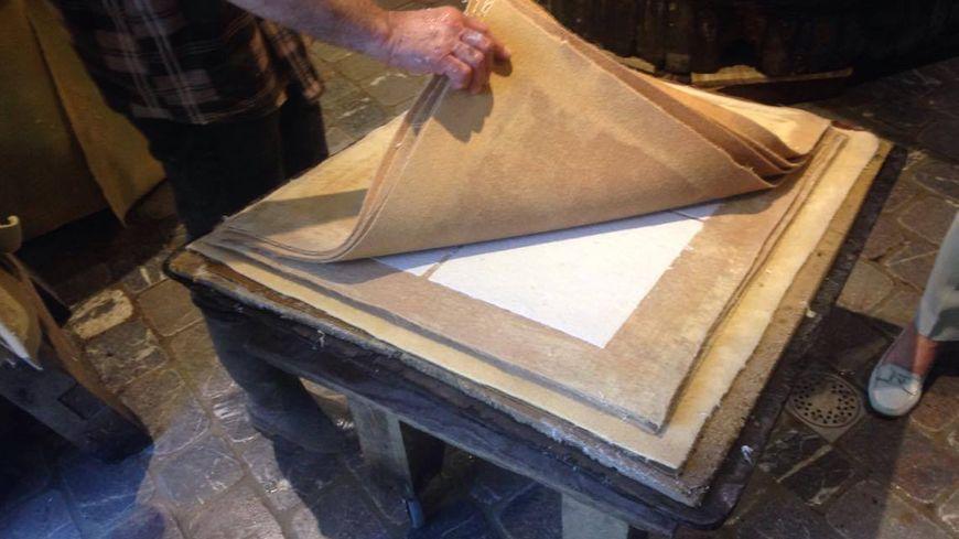 Le papier dans l'une de ses phases de fabrication, il rejoindra ensuite le grenier pour sécher