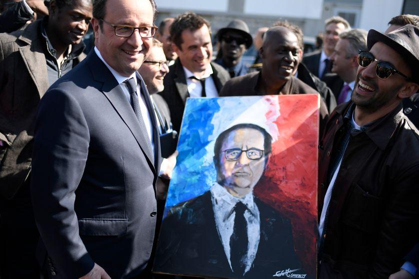 François Hollande avec l'artiste et photographe JR, le 19 avril 2017, à Clichy-Montfermeil