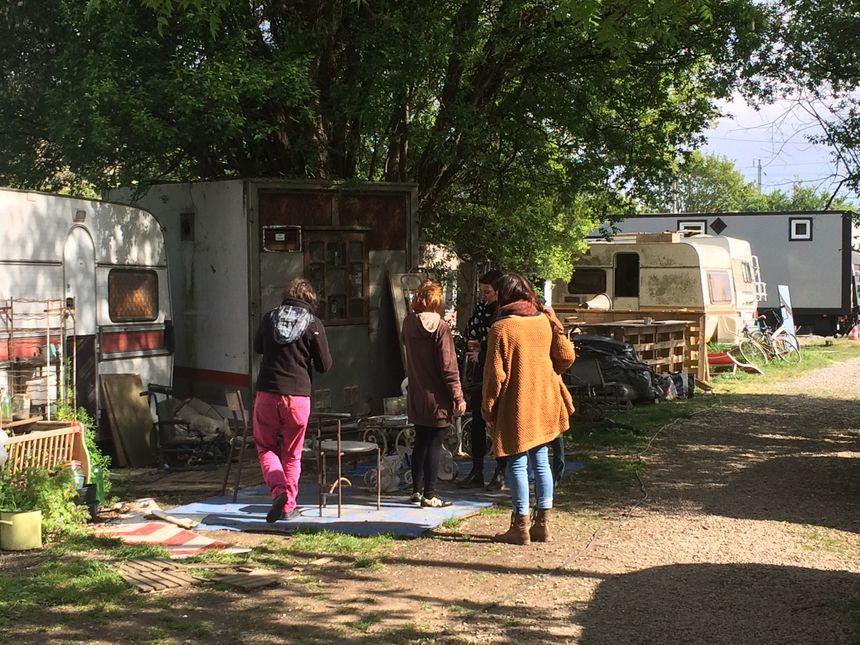 Les artistes habitent des caravanes