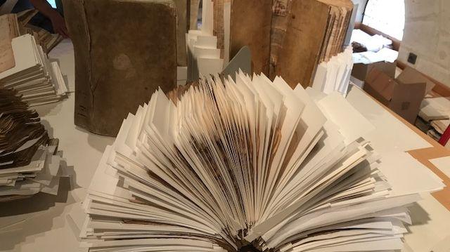 Il a fallu introduire un buvard entre toutes les pages des registres historiques pour les sécher. Comptez quatre heures de travail pour un livre de 400 pages.