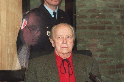 Paul Touvier, ancien chef de la milice nazie en temps de guerre à Lyon, pendant son procès au tribunal pénal de Versailles le 17 mars 1994.