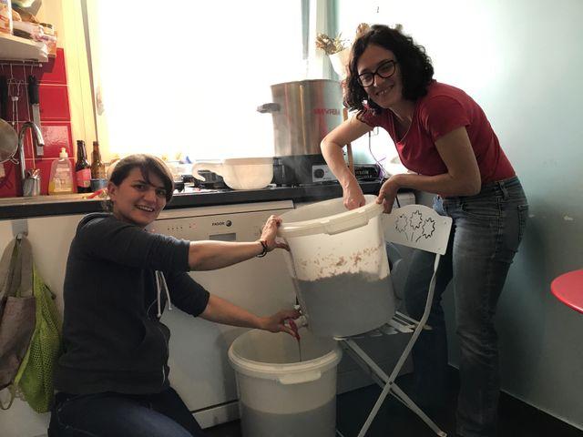 Emmanuelle et Camille, adeptes du brassage de bière à domicile