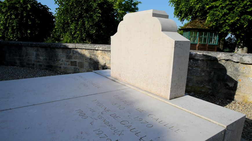 La Tombe Du General De Gaulle Degradee A Colombey Les Deux Eglises Deux Personnes Recherchees