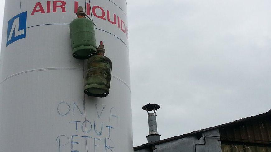 Des bonbonnes de gaz et des jerrycans ont été disposés dans l'usine