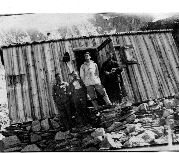 Samivel (blouson clair) au refuge de la Charpoua en 1928