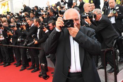 Raymond Depardon prend une photo sur le tapis rouge - Festival de Cannes 2017