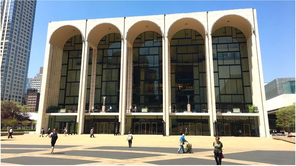 Le Met, sur Lincoln Center Plaza...
