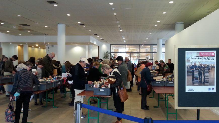 Depuis mardi, les amateurs de livres se pressent à la BFM de Limoges pour s'offrir des livres d'occasion à petits prix