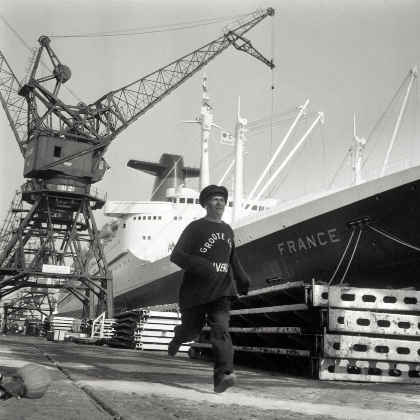 """Louis de Funes sur un tournage dans le port du Havre, devant le paquebot """"France"""" le 13 juillet 1967"""