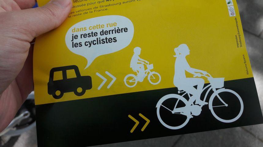 Des flyers explicatifs distribués pour l'inauguration d'une vélorue à Strasbourg, le 12 mai 2017