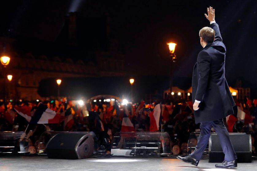 Macron salue les gens venus écouter son discours dans la cour du Louvre après son élection le soir du 7 mai 2017