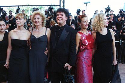 """L'équipe de """"Tout sur ma mère"""" de Pedro Almodovar, à Cannes en 1999"""