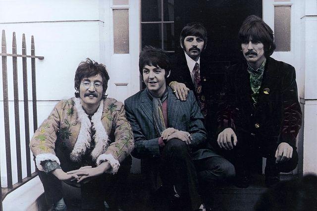"""ohn Lennon, Paul McCartney, Ringo Starr et George Harrison posent à l'occasion de la sortie de """"Sgt. Pepper"""""""