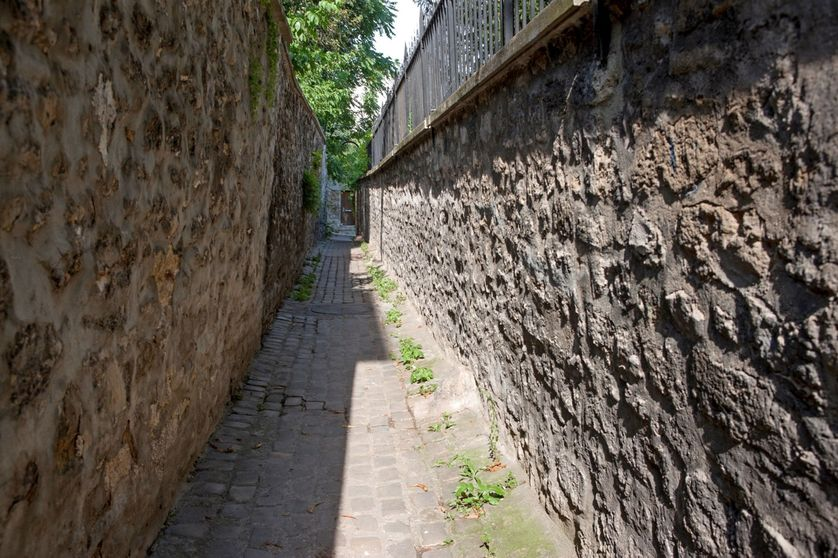 Paris, 16ème, rue berton, sous la maison de Balzac, une deuxième sortie lui permettait d'échapper à ses créanciers par cette ruelle.