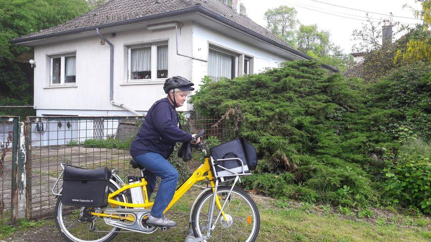 """À Kurtzenhouse en mai 2017, Claudette, la factrice, devant la maison d'Esther dans le cadre du service """"Veiller sur mes parents"""""""