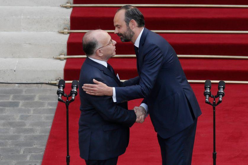 Edouard Philippe, fraîchement nommé Premier ministre, embrasse son prédécesseur, Bernard Cazeneuve, le 15 mai 2017