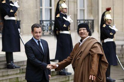 Le leader libyen Mouammar Kadhafi et le président français Nicolas Sarkozy en 2007 à l'Elysée.