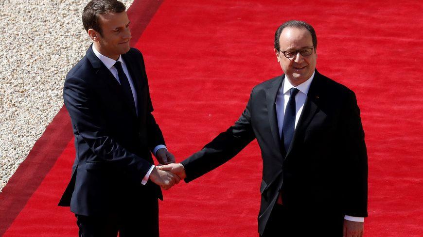 Emmanuel Macron a raccompagné François Hollande, dimanche 14 mai à 11h, dans la cour du Palais de l'Élysée