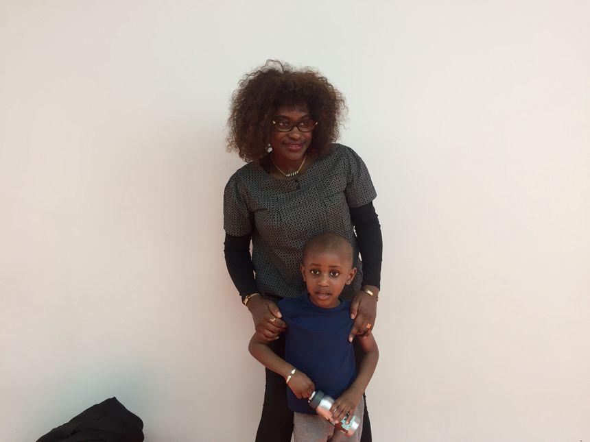 Mamady et sa maman Michelle à la sortie du cours d'éveil sportif