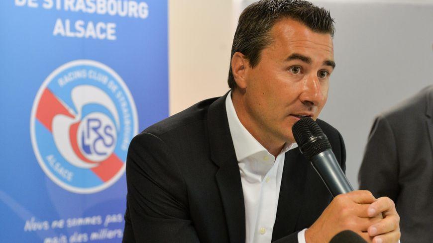 Le président du RC Strasbourg Marc Keller présente le nouveau maillot, en juillet 2016.