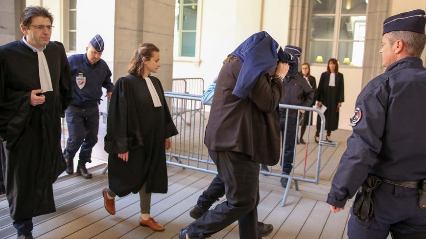 Ludivine Chambet, accompagnée de ses avocats, à son arrivée au palais de justice de Chambéry