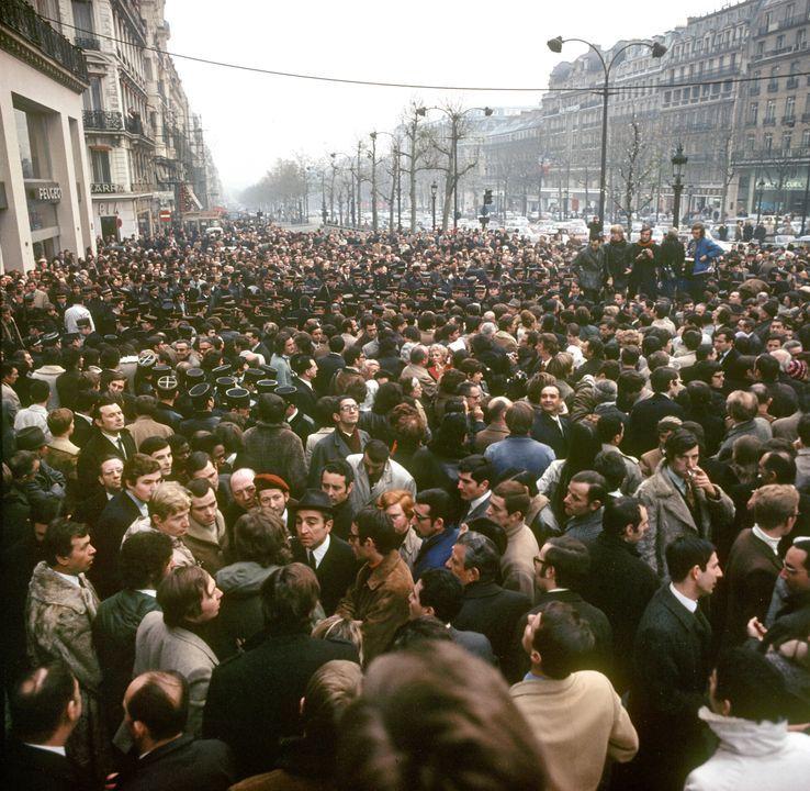 Manifestation en novembre 1970 sur les Champs-Élysées lorsque la place de l'Étoile est rebaptisée place Charles-de-Gaulle