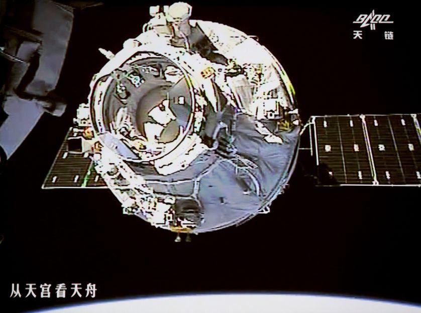 Le cargo Tianzhou-1 s'approche du laboratoire spatial Tiangong-2 en procédure d'arrimage automatique, 22 avril 2017