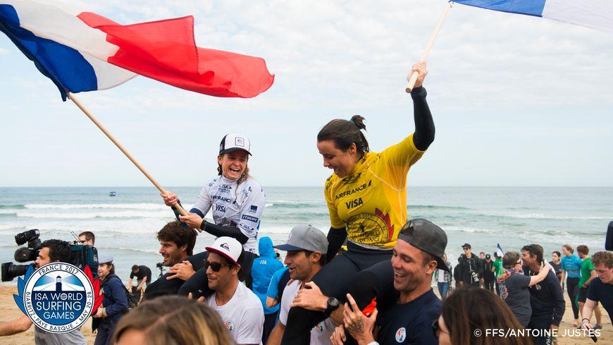 Pauline Ado (en blanc) et Johanne Defay (en jaune) portées en triomphe après leur finale des Championnats du Monde 2017 à Biarritz