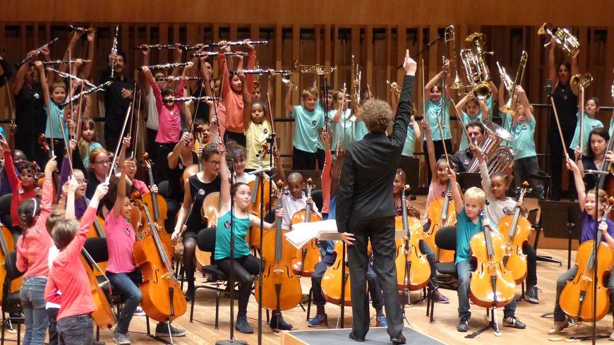 L'orchestre, accompagné du chef d'orchestre Julien Vanhoutte.