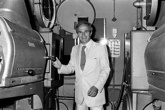 """Le metteur en scène de cinéma et l'un des inventeurs dans les années 60 de la """"Nouvelle Vague"""", François Truffaut plaisante le 8 août 1983 dans la cabine de projection de la Cinémathèque française à Paris."""
