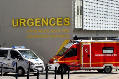 Ambulance et camion de pompiers devant l'hôpital de Nantes