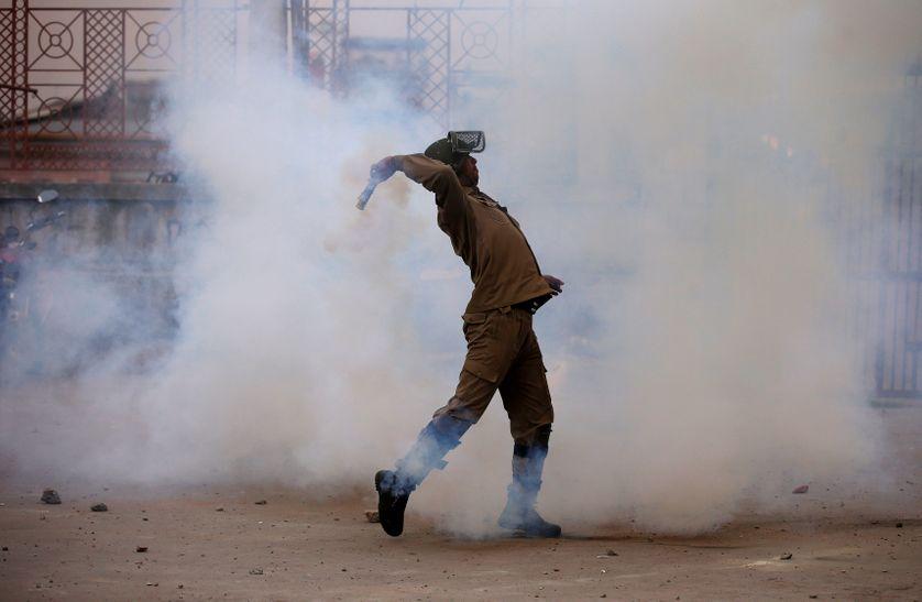 Un policier indien jetant des gaz lacrymogènes lors d'une manifestation à Srinagar, le 12 mai 2017.