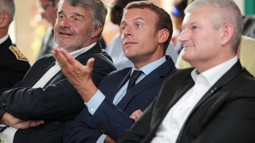 Emmanuel Macron entouré par Jean-François Fountaine et Olivier Falorni, lors de sa visite à La Rochelle le 18 août 2016