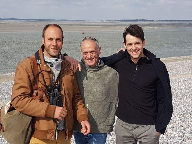 Denis Cheissoux entouré de deux chanteurs d'oiseaux en baie de Somme