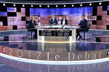Marine Le Pen et Emmanuel Macron à quelques secondes de la prise d'antenne pour le débat - le 3 mai 2017