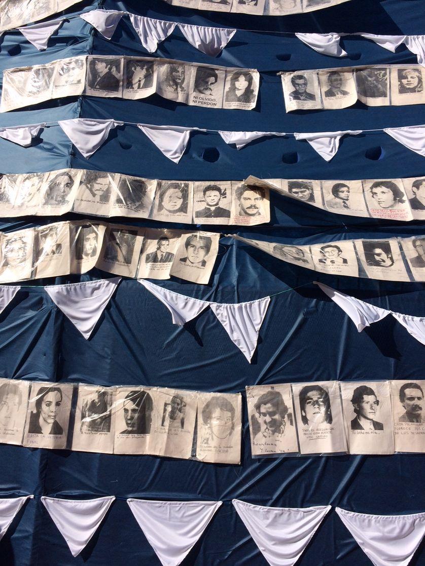 Portraits de disparus au milieu des célèbres foulards blancs de mères