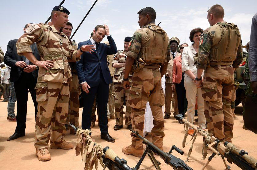 Emmanuel Macron rend visite aux troupes françaises engagées dans l'opération Barkhane le 19 mai 2017.