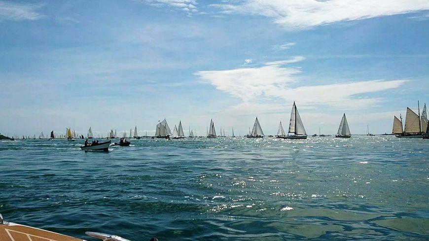Les 1300 bateaux sont entrés à 15h40 dans le golfe du Morbihan par le goulet, large d'un kilomètre.